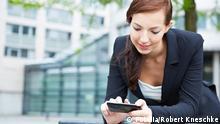 Symbolbild Frau mit Smartphone im Internet