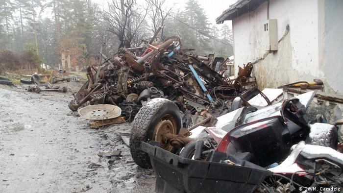 Car wreck in Nazif's hometown. (Photo: Mirsad Čamdžić/DW)