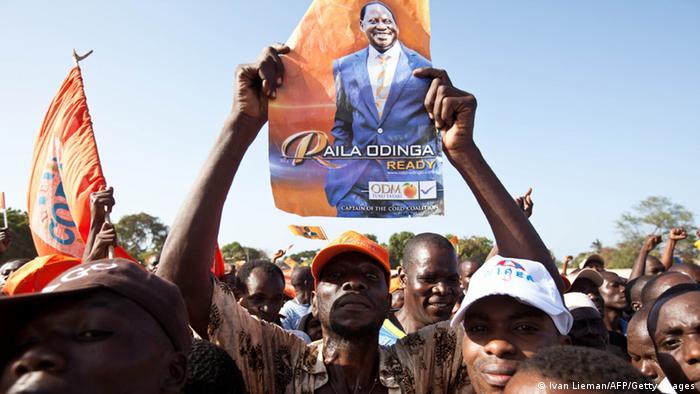 Ein Anhänger von Raila Odinga mit einem Plakat des Kandidaten (Foto: AFP)