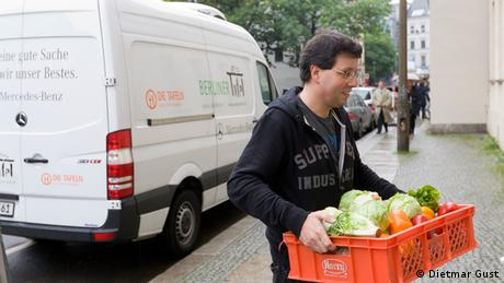 Person delivering food donations to a charity organization food (Copyright: Dietmar Gust./Berliner Tafel)
