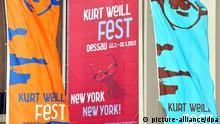 Fahnen für das Kurt-Weill-Fest hängen am 21.02.2013 in Dessau-Roßlau (Sachsen-Anhalt). Unter dem Motto New York, New York! steht in diesem Jahr das Leben und Werk des Komponisten Kurt Weill in der US-Metropole im Mittelpunkt. Das 17-tägige Festival widmet sich vom 22. Februar bis 10. März dem letzten Lebensabschnitt des Künstlers. 50 Veranstaltungen mit 600 Künstlern stehen auf dem Programm. Weill wurde 1900 in Dessau geboren und flüchtete vor den Nazis in die USA. Er starb 1950 in New York. Foto: Jan Woitas/dpa +++(c) dpa - Bildfunk+++
