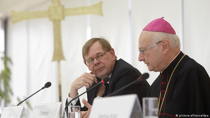 Der Vorsitzende der Deutschen Bischofskonferenz Robert Zollitsch (r) und der Sekretär der Deutschen Bischofskonferenz, Pater Hans Langendörfer (l) (Foto: picture-alliance/dpa)