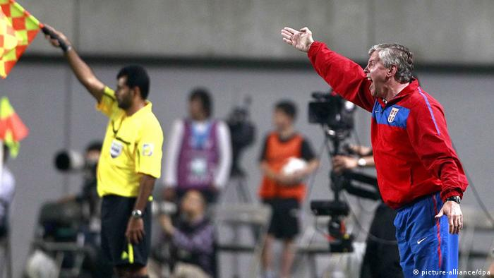 epa02764347 Serbian head coach Vladimir Petrovic gives instructions to his players during their international friendly soccer match at Sangam World Cup Stadium in Seoul, South Korea, 03 June 2011. South Korea won 2:1. EPA/JEON HEON-KYUN