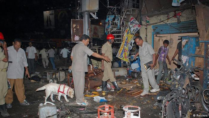 Investigating officers use a sniffer dog as they inspect the site of an explosion at Dilsukh Nagar, in the southern Indian city of Hyderabad February 21, 2013.(Photo: Stringer/REUTERS)