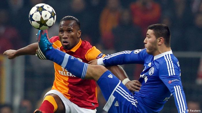 Galatasaray's Didier Drogba (L) is challenged by and Schalke 04's Sead Kolasinac (Photo: REUTERS/Murad Sezer)
