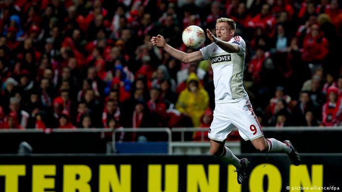 Artistisch, aber erfolglos; Leverkusens Andre Schürrle springt hoch, um einen Ball mit der Brust anzunehmen. Foto: EPA/JOSE SENA GOULAO