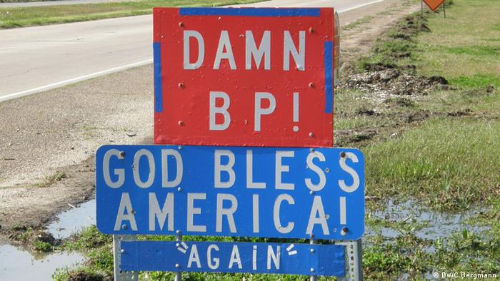 A sign in the area of Plaquemines, south of New Orleans, shows a resident's anger at BP. (Copyright: Photo: DW / Christina Bergmann)