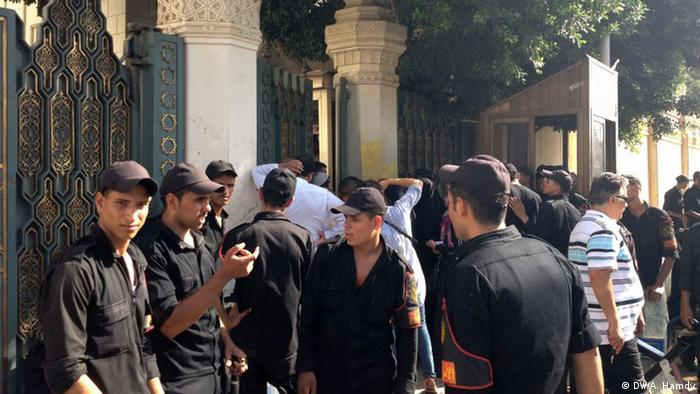 Will the Egyptian interior ministry become ikhwanized Police soldiers are always the first defence line infront of Ithadeia presidential palace. Itihadeia presidential palace gate. zugeliefert von: Chamselassil Ayari