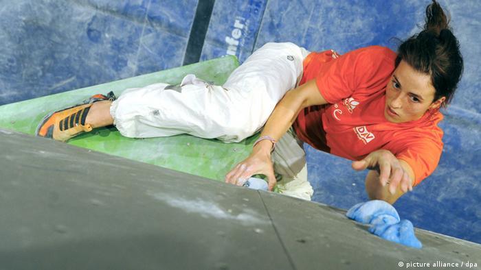 مدالهای طلای المپیک در سه رشته ترکیبی سنگنوردی شامل بولدرینگ، سرطناب و سرعت به مردان و زنان تعلق میگیرد. سنگنوردان در رشته سرعت از یک دیوار ۱۵ متری با شیب پنج درجه بالا میروند. در بولدرینگ سنگنوردان طی چهار دقیقه و بدون طناب مسیر را طی میکنند. در سرطناب در مدت شش دقیقه یک دیوار ۱۵ متری پیموده میشود.