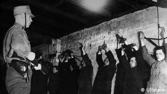SA-Leute verhaften Kommunisten: Nach dem Reichstagsbrand verstärkten die Nazis den Terror gegen ihre Gegner.