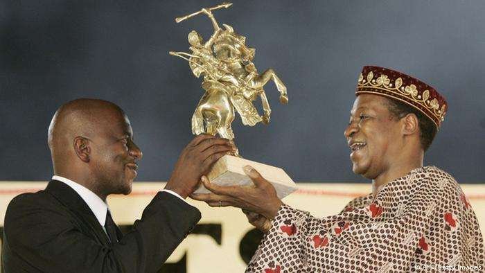 Zola Maseko accepring the 2005 award in the form of a stallionentgegen (AFP/Getty Images)