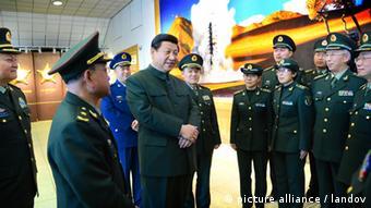 Xi Jinping akitembelea jeshi la China kaskazini magharibi mwa nchi hiyo mwezi Februari 2013.