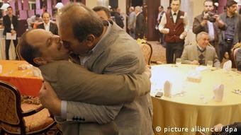 حجتالله خطیب، رئیس فرداسیون کشتی ایران، رایش بندر، رئیس فدراسیون کشتی آمریکا را در آغوش گرفته است.