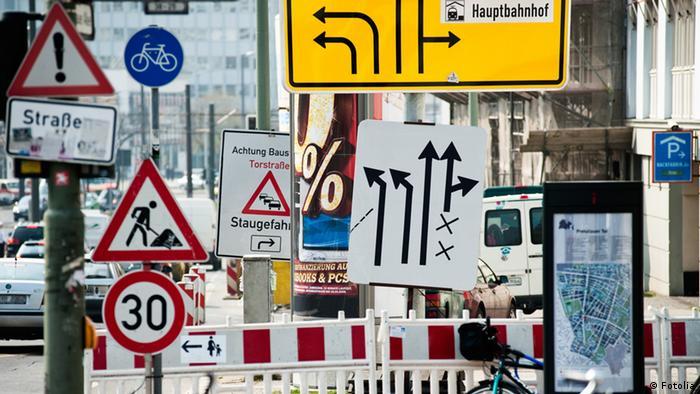 Schilder im Straßenverkehr in einer deutschen Stadt