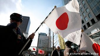 Protesters take part in a rally to support Japanese claims to the islets EPA/KIYOSHI OTA +++(c) dpa - Bildfunk+++