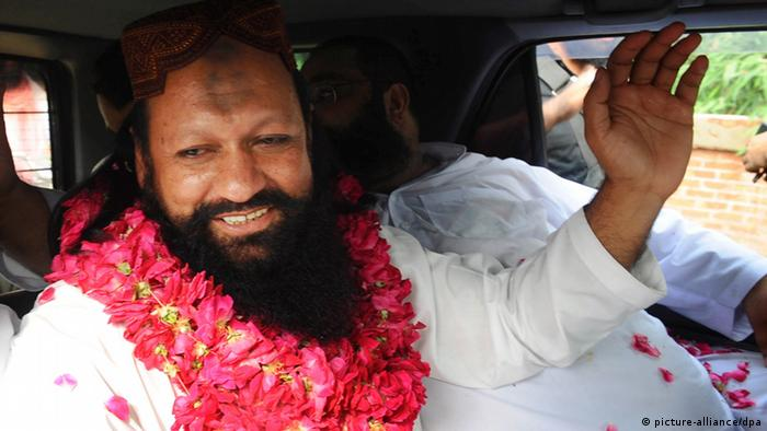 epa02823513 Malik Ishaq (L) believed to be a leader of banned organization Lashkar-e-Jhangvi is greeted by supporters upon his release on bail, at a prison in Lahore, Pakistan on 14 July 2011. Malik Ishaq, who was also accused of masterminding the attack on the Sri Lankan cricket team in 2009 while in prison, was released after being imprisoned at the Kot Lakh Pat jail for almost fourteen years. EPA/RAHAT DAR