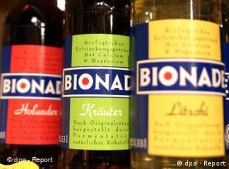 drei Limonadenflaschen mit rotem, grünem und gelbem Etikett