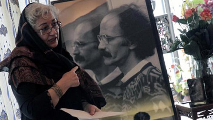 Im Rahmen der 12. Preisverleihung vom Golshiri - Preis für Literatur, wurden am 22.12.2013 iranische Novellisten und Roman-Schriftsteller aisgezeichnet. Die Veranstaltung von nicht-religiösen Schriftstellern fand in einem Privathaus statt. Der Preis trägt den Namen des verstorbenen iranischen Roman-Schriftstellers und Regimekritikers Houshang Golshiri. Auf dem Bild: Farzaneh Taheri, Vorsitzende der Golshiri Stiftung. Quelle: ILNA via Davoud Khodabakhsh, DW Farsi