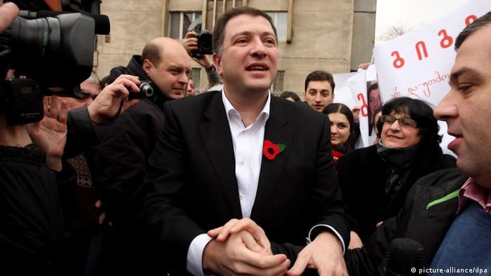 Tbilisi mayor Gigi Ugulava waves to his supporters. (Photo: dpa)