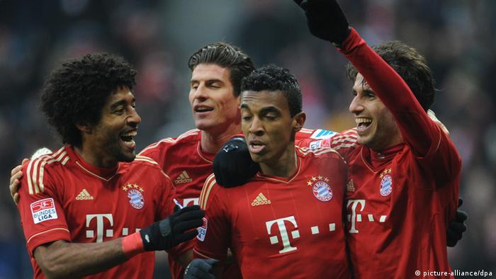 Dante (l-r), Mario Gomez, Luiz Gustavo und Torschütze Javi Martinez von München jubeln über das Tor zum 2:0(Foto: Andreas Gebert/dpa)