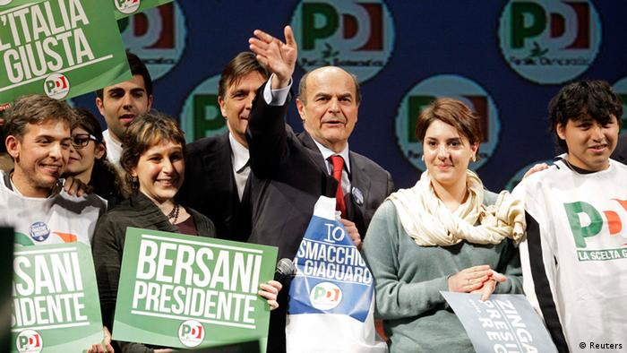 Italy's Democratic Party (PD) leader Pier Luigi Bersani (C) waves during his political rally in Rome, February 22, 2013. REUTERS/Remo Casilli (ITALY - Tags: POLITICS ELECTIONS)