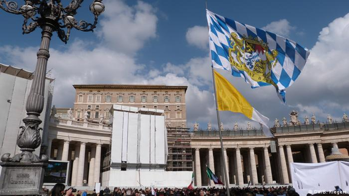The buildings of St. Peter's Square stand behind the focal point of the picture, a blue-and-white Bavarian flag. (Photo: Bernd Riegert DW)