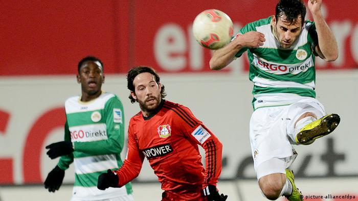 Der Fürther Mergim Mavraj (r) kommt vor dem Leverkusener Gonzalo Castro (m.) und seinem Mannschaftskollegen Abdul Rahman Baba an den Ball. Foto: David Ebener/dpa