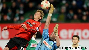 Fürth goalie Wolfgang Hesl (r) palms a ball away from Leverkusen striker Stefan Kiessling's head (Photo: David Ebener/dpa)