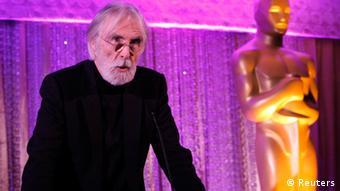 Michael Haneke neben einer Oscarstatuette (Foto: REUTERS/Mario Anzuoni)