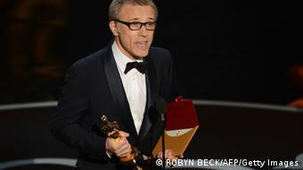 Christoph Waltz mit seinem zweiten Oscar in der Hand (Foto: ROBYN BECK/AFP/Getty Images)