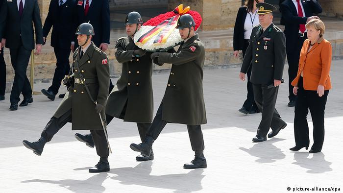 Bundeskanzlerin Angela Merkel vor dem Atatürk-Mauselum in Ankara (Bild: dpa)