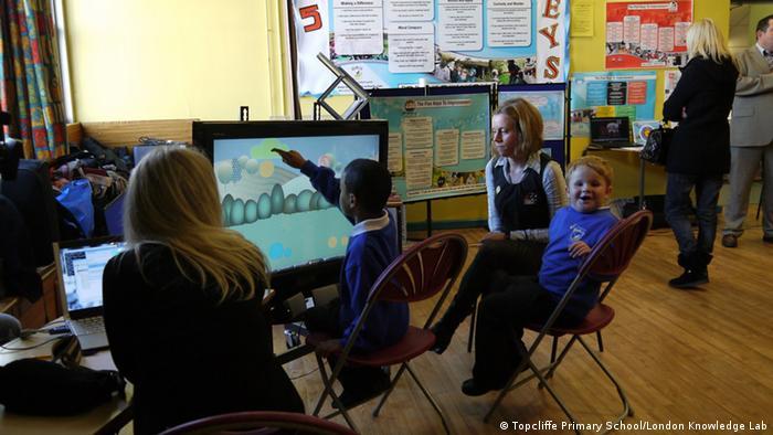 الشخصية الافتراضية أندي (على الشاشة) تتفاعل مع حركة الطلاب