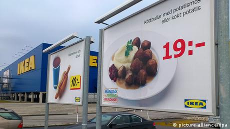 A sign shows swedish meatballs on an ikea poster (picture-alliance/dpa)