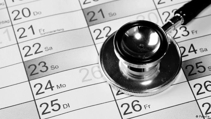 Лекарска слушалка върху календар