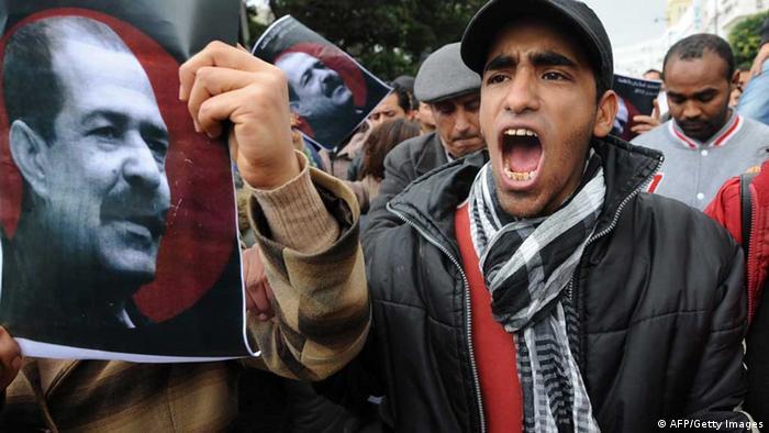 Demonstranten fordern Aufklärung des Mordes an Oppositionspolitiker Chokri Belaid Foto: Fethi Belaid (AFP)