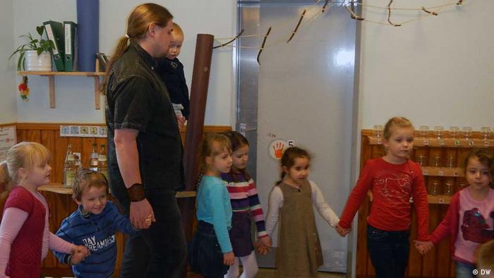 Klaas Bock estudia una carrera universitaria para ser maestro de jardín de infantes.