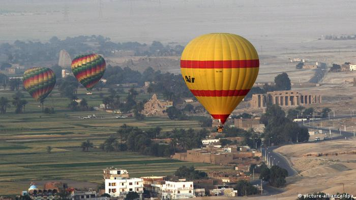 In this 06 April 2009 file photo tourists in hot air balloons fly over Luxor's famed West Bank Temples and the Valley of the Kings in Egypt. EPA/MIKE NELSON (zu dpa Heißluftballon mit Touristen stürzt in Ägypten ab vom 26.02.2013) +++(c) dpa - Bildfunk+++