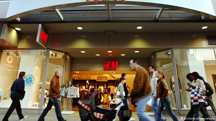 Eine H&M-Filiale auf der Frankfurter Einkaufsmeile Zeil (picture-alliance/dpa)