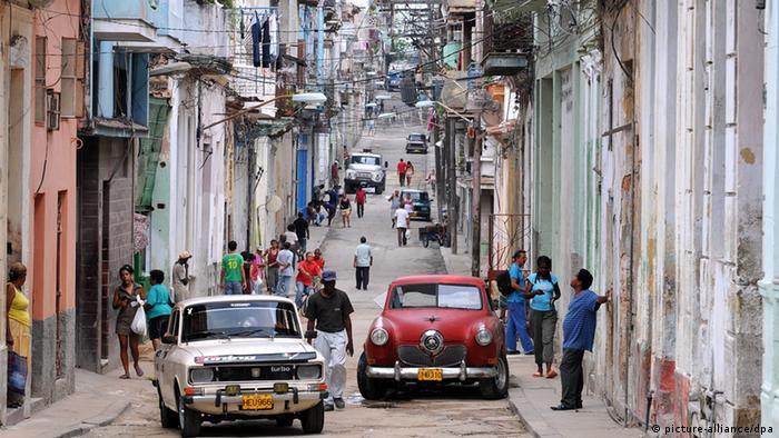Straßenszene im Zentrum der kubanischen Hauptstadt Havanna (Foto: dpa).