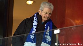 Hoffenheims Mäzen Dietmar Hopp steht mit Fan-Schal auf der Tribüne. (Foto: Uwe Anspach/dpa)