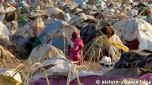 ARCHIV - Ein Flüchtlingslager in der Nähe von Nyala (Süddarfur, Archivfoto vom 20.06.2005). In der westsudanesischen Krisenregion Darfur droht nach Angaben des Welternährungsprogramms (WFP) ohne neue Spenden das Ende der Hilfsflüge. Zugleich gehe die Zahl der Hilfstransporte über den Landweg wegen zahlreicher Überfälle von Banditen zurück, warnte das Hilfsprogramm der Vereinten Nationen am Montag (10.03.2008). Die Versorgung von Millionen Menschen in der Krisenregion sei wegen fehlender finanzieller Mittel massiv bedroht. Die humanitären Flüge des WFP müssen zum Monatsende gestoppt werden, falls ihre Finanzierung nicht gesichert werden kann, sagte Oshidari. Foto: Nic Bothma (zu dpa 0425 vom 10.03.2008) +++(c) dpa - Bildfunk+++