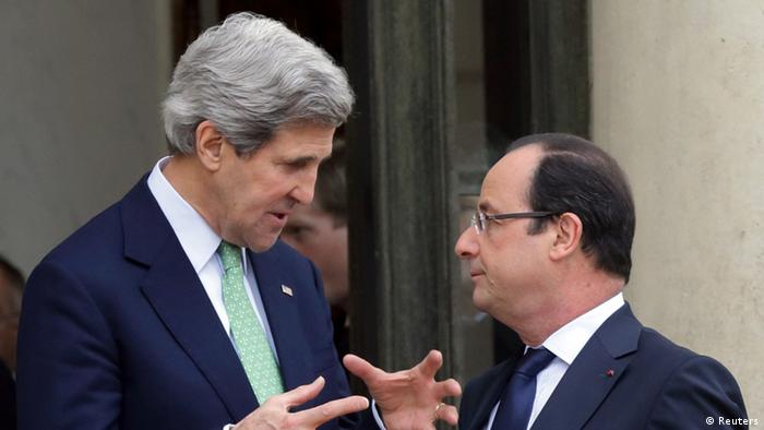 France's President Francois Hollande (R) speaks with U.S. Secretary of State John Kerry after a meeting at the Elysee Palace in Paris, February 27, 2013. REUTERS/Philippe Wojazer (FRANCE - Tags: POLITICS)