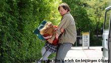 Wolfgang Priklopil (Thure Lindhardt) lauert Natascha Kampusch (Amelia Pidgeon) auf dem Schulweg auf © 2013 Constantin Film Verleih GmbH/Jürgen Olczyk