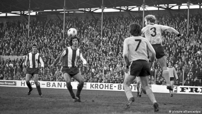 Es stehen sich am 27. November 1971 der FC Bayern München und Borussia Dortmund gegenüber. Das Spiel endete 11:1 für Bayern München. Der Münchener Gerd Müller (2.v.l.) während dem Spiel. (Foto: dpa)