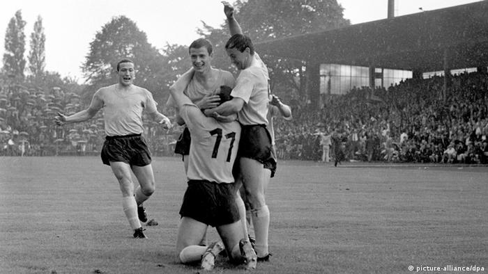 Es stehen sich am 3. Juni 1967 am letzten Spieltag der Saison 1966/1967 Borussia Dortmund und der FC Bayern München gegenüber. Das Spiel endete 4:0 für Dortmund. Die Dortmunder bejubeln einen Treffer. (Foto: dpa)
