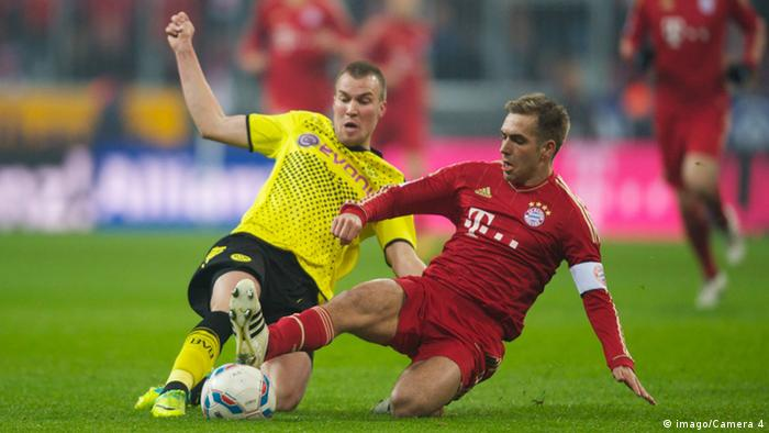 Kevin Grosskreutz fights for the ball against Bayern Munich's Philipp Lahm. Copyright: imago/Camera 4