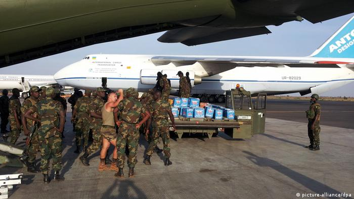 Soldiers unloading a German Transall in Bamako Photo: Bundeswehr / handout dpa
