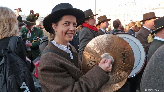 Woman with cymbals in traditional Bavarian brass band ensemble in Rome in 2013 (DW/B. Riegert)
