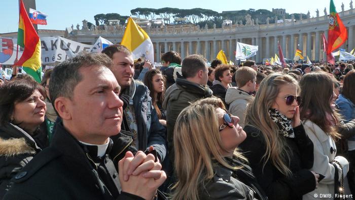 Irdische Herrscharen - Gläubige auf dem Petersplatz in Rom Foto: Bernd Riegert DW