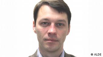 A thirties-something man with brown hair looks at the camera (Photo: http://www.alde.eu/alde-group/units-working-groups/secretariat/personal-info/debeuf-koert/)